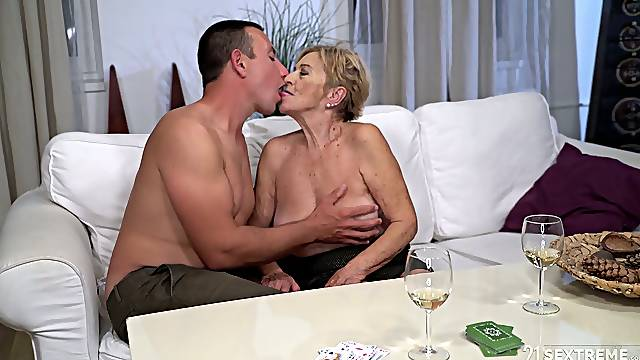 After kissing stud mature chubby whore Mayla gives a solid blowjob