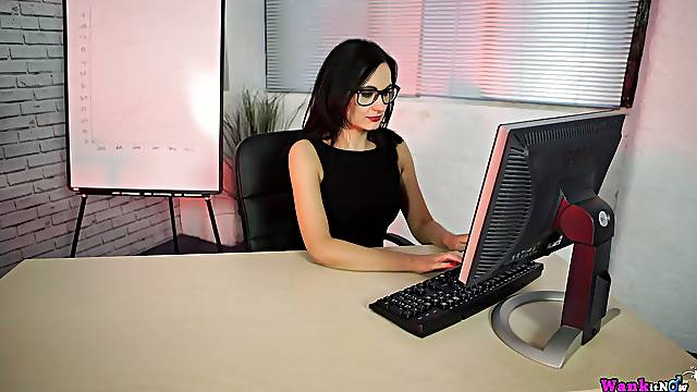 Fantastic curvy office clerk Bonnie has some spare time for her solo show