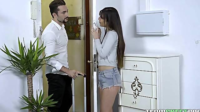 Mesmerizing Romanian nympho Anya Krey is pro in giving a good BJ