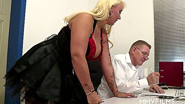 Nerdy doctor examines bald meaty pussy of Kitty Wilder doggy style