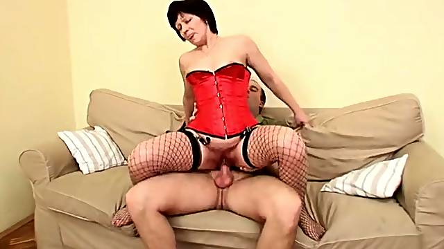 Mature babe in a corset fucked in her hairy cunt