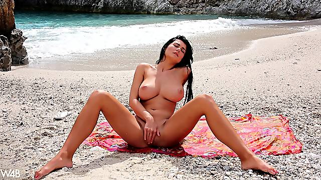 Brunette with perfect forms, outdoor pussy fun at the beach