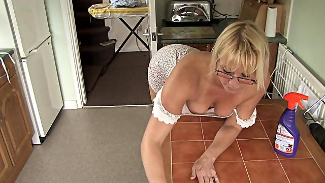 Mom blonde Melissa shows her booty