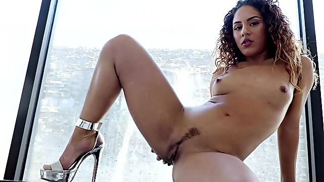 Curly haired nude LAtina works magic on a big dick