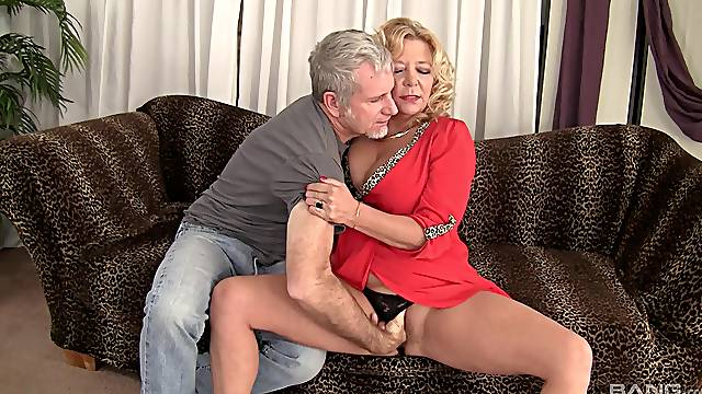 Mature gets her pussy flooded with sperm after a good fuck