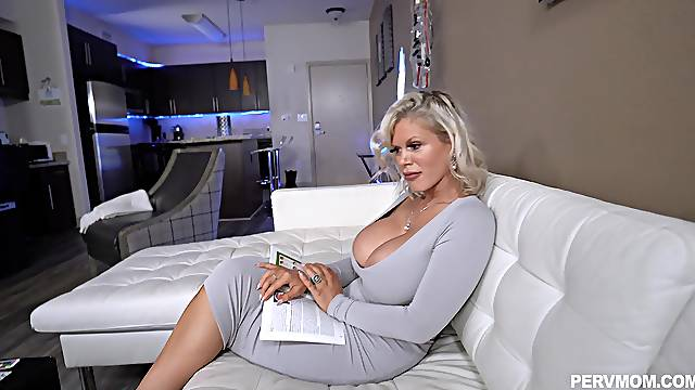 Mature cougar handles the big dick in flawless POV