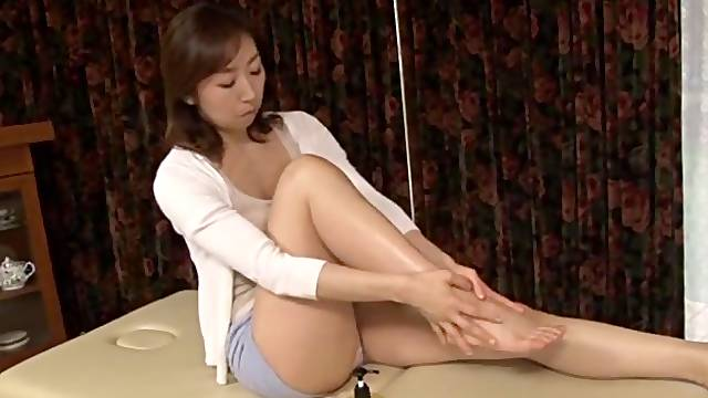 Fine Japanese mature gest the dick in both her hairy holes