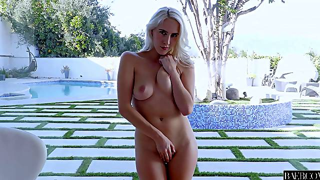Marvelous blonde dazzles with nudity before getting laid
