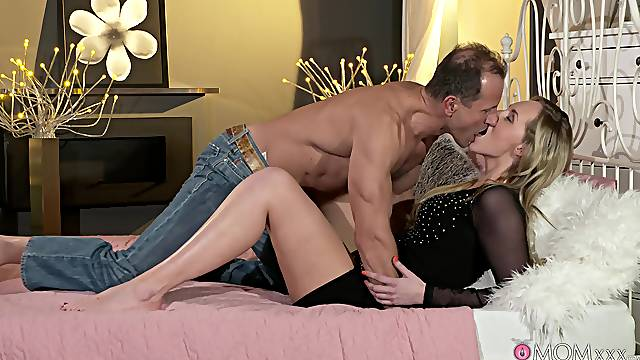 Cheating wife gets her pussy slammed and jizzed