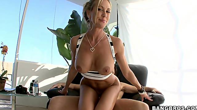 Sexy ass mommy rides in reverse like a real goddess