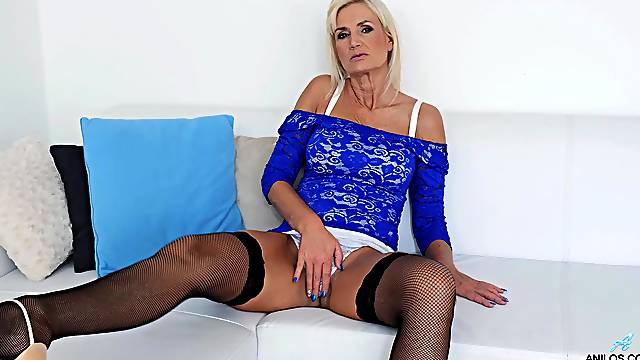 Real mature woman in her first webcam appearance
