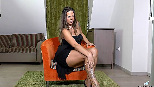 Big ass beauty reveals her mature pussy in excellent solo