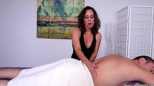 Amateur mature combined the massage with soft handjob