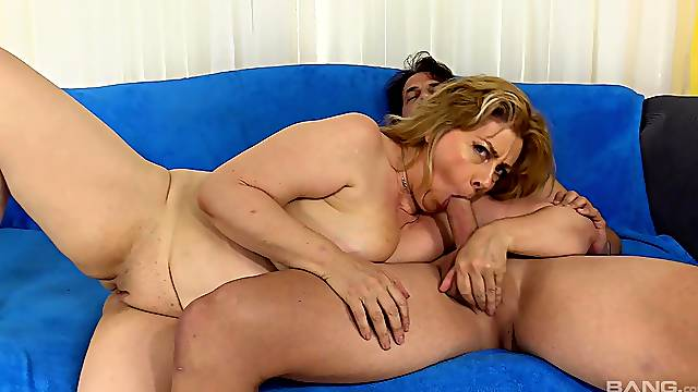Mom inserts tasty dong up her fatty little pussy and ass