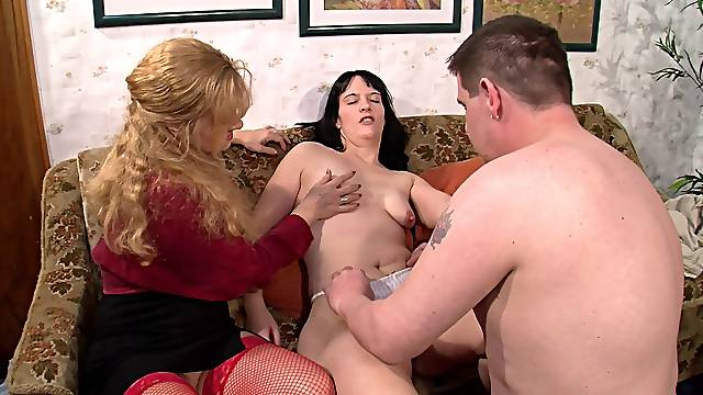 Mature slut invited over her friend for an amateur threesome