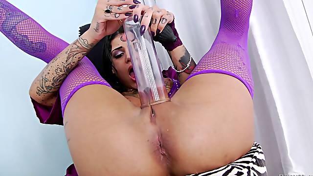 Tattooed brunette in pink finshets pleasuring her twat