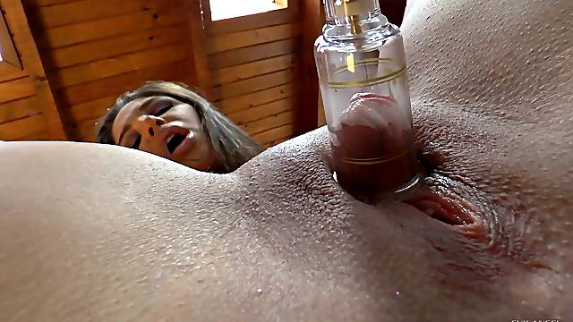 Nice ass babe feels pleasured with insertions in her anal