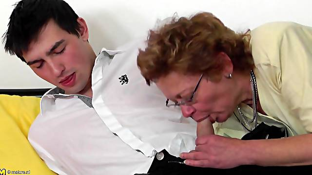 Great pair of mature titties on this dick riding old lady