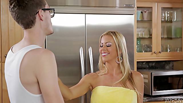 Cheating wife Alexis Faws fucked hardcore and earns her facial