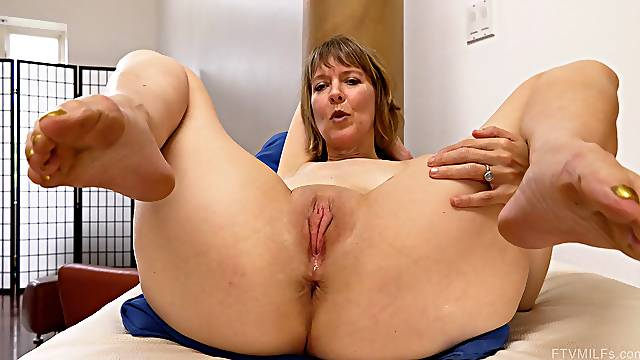 Sweet thing Jamie toying her mature pussy and having her ass fingered