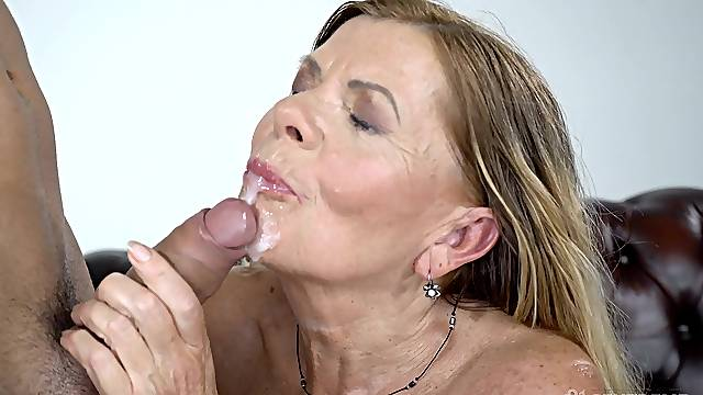 Mature granny Samantha spreads her legs to be fucked balls deep