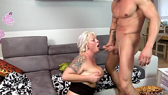 Mature amateur spreads her legs to be fucked in her old cunt
