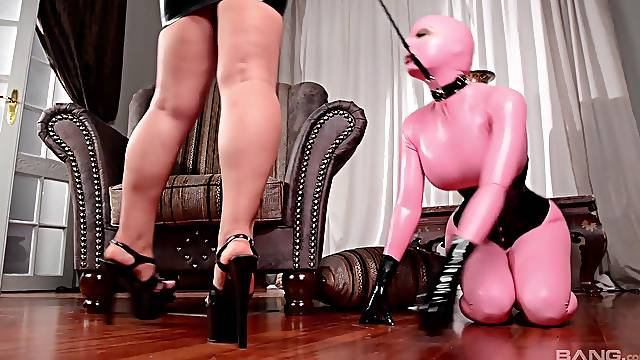 Lucy Latex likes to play all lesbian sex games with her kinky friend