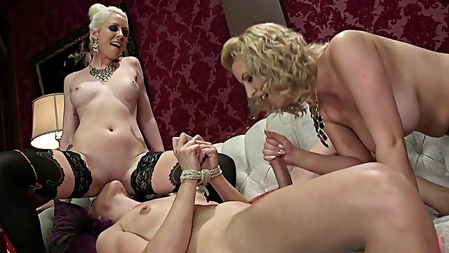 Amateur fucking between female and shemale models. HD video
