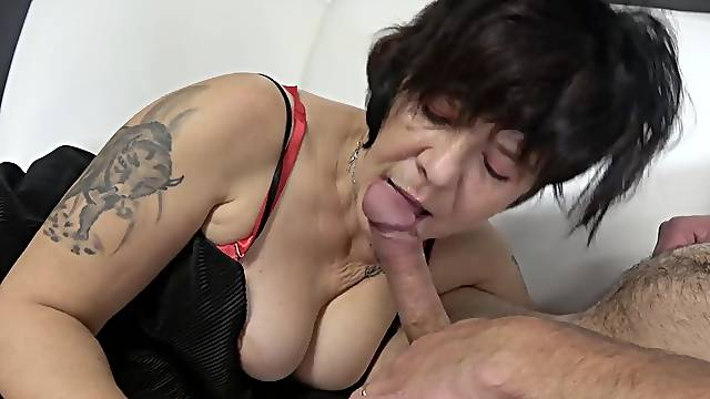 Fat mature spreads her legs for a MMF threeome on the couch