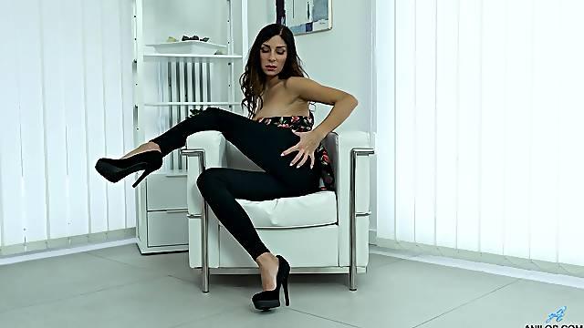 Provocative cougar Rachel Evans drops her clothes to masturbate