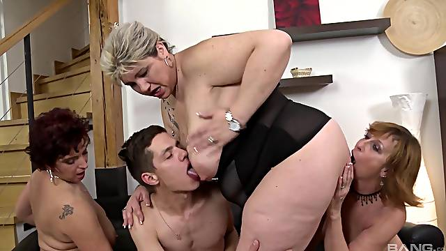 Mature slut Laura Silver invited over her friends for an orgy