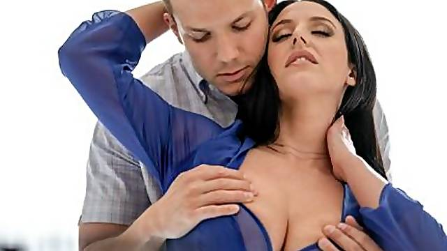 Experienced MILF with big tits Angela White gives a gorgeous blowjob