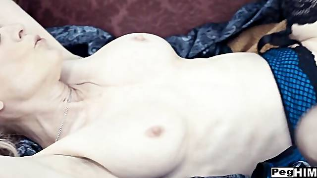 Rich MILF Nina Hartley likes anal fisting with her man