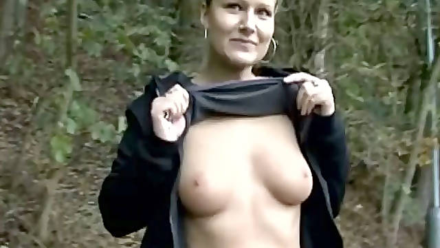 Amateur sporty Czech girl in the park gives a quick blowjob