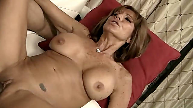 Well stacked cougar housewife gets her pussy polished by young neighbor