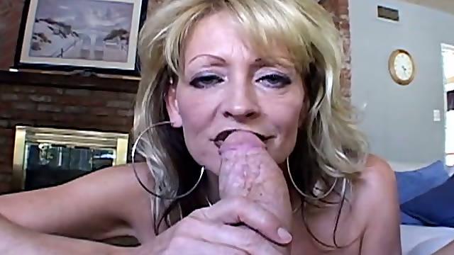 Lustful mature woman enjoying deepthroat blowjob in amateur fuck video