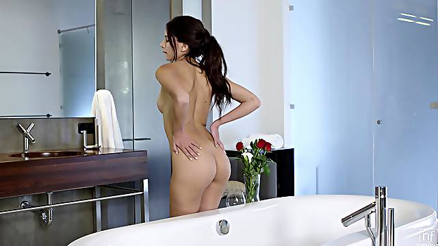 Bitch rides her man in reverse while both in the tub