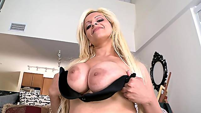 Amateur MILF is here to dazzle