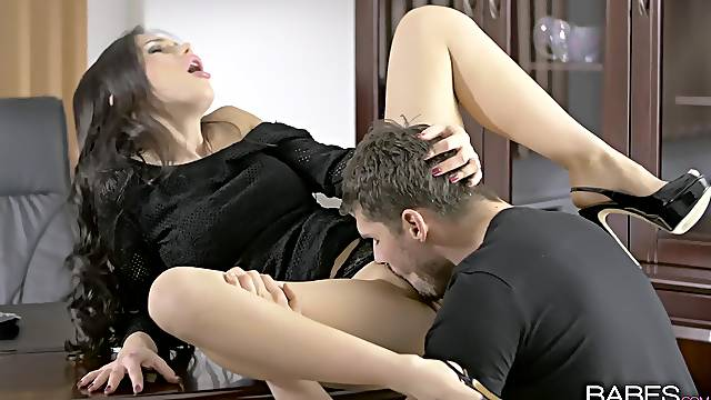 Poised hottie Sasha Rose licked and dicked at the office