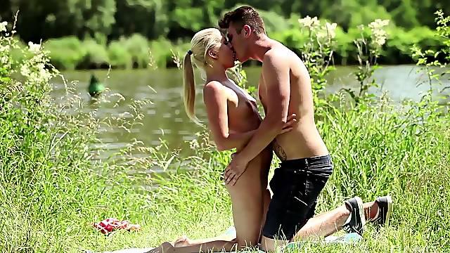 Crazy outdoor sexual fun with a sensual amateur