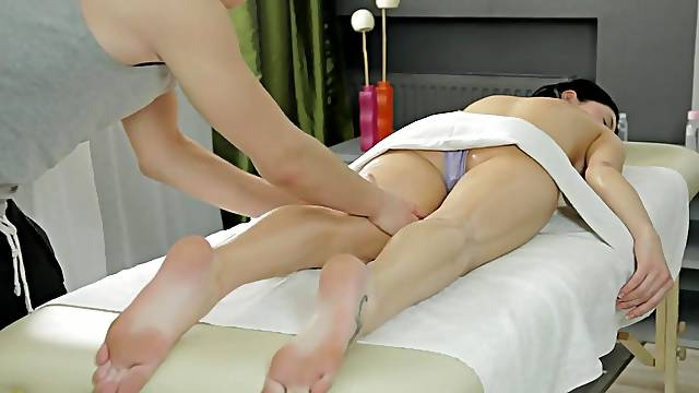 Teen beauty pleases masseur with a round of deep sex