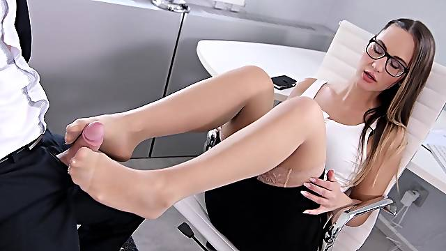 Office babe screams loud with cock ruining her peachy holes
