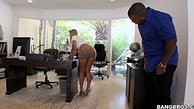 Insolent big ass blonde sticks it in the ass the hard way