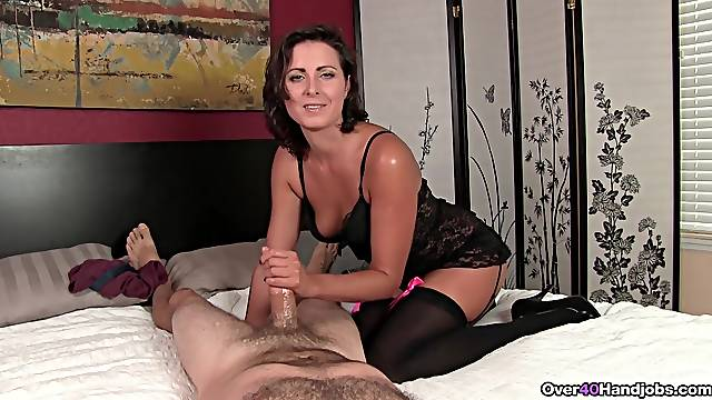 Amateur woman suits her lover with handjob while being filmed
