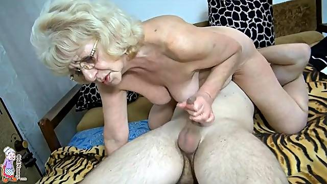 Curvy granny sucks cock in sexy 69