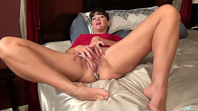 Vivacious mature chick fingers her pink cunt in bed