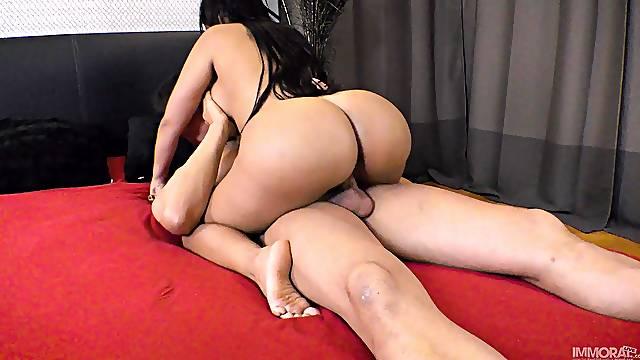 Big ass woman shows her man proper riding moments