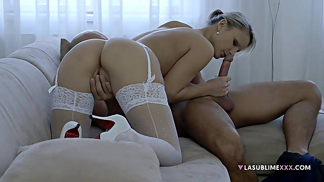 Erotic couch sex shows the blonde woman's amazing skills