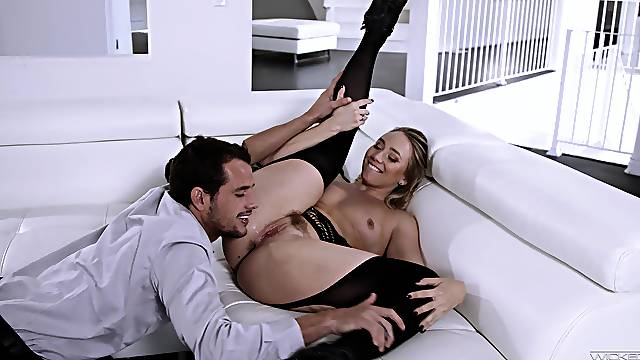 Heavy-bottomed beauty AJ Applegate has all the right moves