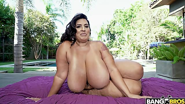 BBW reveals her slutty side in smashing scenes of backyard hardcore